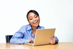 Allievo di risata con la fine del computer portatile in su - orizzontale Fotografia Stock