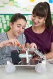 Allievo di Talking To Female dell'insegnante che studia robotica nella scienza Les Fotografia Stock