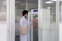Allievo di Yong in laboratorio Fotografia Stock
