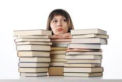 Allievo dietro un grande mucchio dei libri Immagine Stock Libera da Diritti