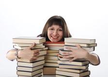 Allievo dietro un grande mucchio dei libri Fotografia Stock Libera da Diritti