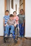 Allievo disabile con i suoi amici in aula Immagine Stock Libera da Diritti