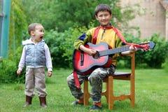 Allievo divertente di musica dei due ragazzi Fotografie Stock