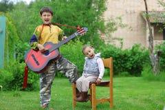 Allievo divertente di musica dei due ragazzi Fotografia Stock Libera da Diritti