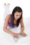 Allievo - donna dell'adolescente con il computer portatile Fotografia Stock Libera da Diritti