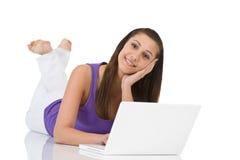 Allievo - donna dell'adolescente con il computer portatile che si trova giù Immagini Stock Libere da Diritti