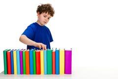 Allievo e mucchio dei libri Fotografia Stock