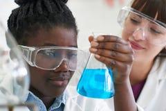 Allievo ed insegnante femminili Conducting Chemistry Experiment Fotografia Stock Libera da Diritti