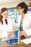 Allievo ed insegnante privato adolescenti femminili nel codice categoria di scienza Fotografie Stock
