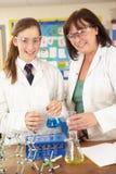 Allievo ed insegnante privato adolescenti femminili nel codice categoria di scienza Fotografia Stock Libera da Diritti