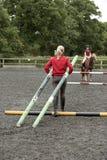 Allievo ed istruttore della scuola di guida con i pali per un salto Fotografia Stock