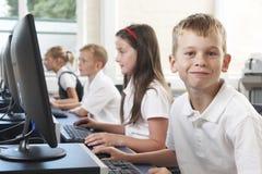 Allievo elementare maschio nella classe del computer Immagini Stock