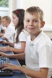 Allievo elementare maschio nella classe del computer Fotografia Stock Libera da Diritti
