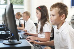 Allievo elementare maschio nella classe del computer Immagine Stock Libera da Diritti