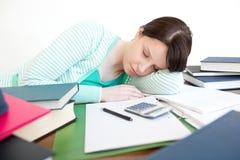 Allievo esaurito che dorme mentre studiando Fotografia Stock
