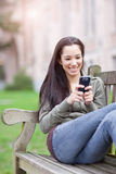 Allievo etnico che texting Fotografia Stock Libera da Diritti