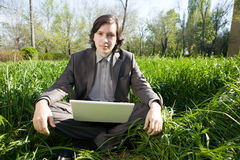 Allievo faticoso con il computer portatile Immagine Stock