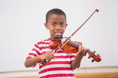 Allievo felice che gioca violino in aula Fotografia Stock