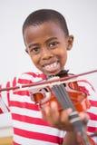 Allievo felice che gioca violino in aula Immagine Stock