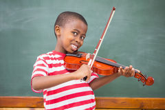 Allievo felice che gioca violino in aula Fotografie Stock Libere da Diritti