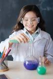 Allievo felice che partecipa all'esperimento di chimica alla scuola Immagini Stock Libere da Diritti