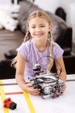 Allievo felice che tiene robot elettronico alla scuola Fotografie Stock Libere da Diritti