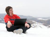 Allievo felice di anni dell'adolescenza con il computer portatile Fotografia Stock