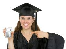 Allievo felice di graduazione che indica sul calcolatore Fotografia Stock Libera da Diritti