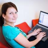 Allievo femminile abbastanza giovane con il computer portatile Fotografia Stock Libera da Diritti