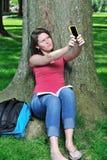 Allievo femminile adorabile - catturare foto dell'auto Fotografia Stock