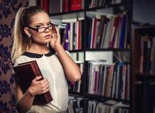 Allievo femminile alla libreria Immagine Stock