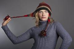 Allievo femminile attraente in un maglione ed in un cappello Fotografie Stock