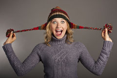 Allievo femminile attraente in un maglione ed in un cappello Fotografia Stock Libera da Diritti
