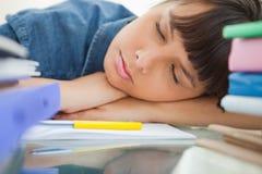 Allievo femminile che dorme fra i suoi libri Fotografie Stock Libere da Diritti