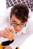 Allievo femminile che indica con la matita Fotografie Stock