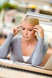 Allievo femminile che lavora al computer portatile Fotografia Stock