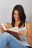 Allievo femminile che legge un libro Immagine Stock Libera da Diritti