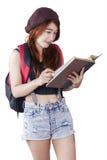 Allievo femminile che legge un manuale Fotografia Stock Libera da Diritti
