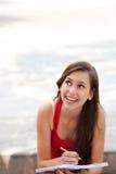 Allievo femminile che osserva in su Fotografia Stock