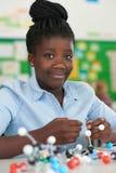 Allievo femminile che per mezzo dei modelli molecolari Kit In Science Lesson Fotografie Stock Libere da Diritti