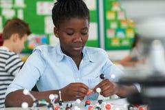 Allievo femminile che per mezzo dei modelli molecolari Kit In Science Lesson Immagine Stock Libera da Diritti