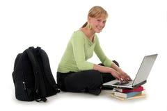 Allievo femminile che per mezzo del computer portatile Immagine Stock Libera da Diritti