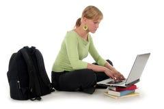 Allievo femminile che per mezzo del computer portatile Fotografia Stock