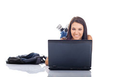 Allievo femminile che per mezzo del computer portatile Fotografia Stock Libera da Diritti