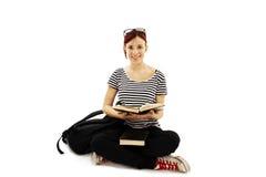 Allievo femminile che si siede sul pavimento Fotografia Stock