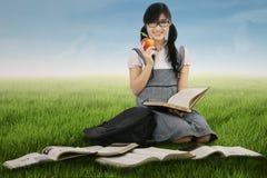 Allievo femminile che studia all'aperto Immagini Stock Libere da Diritti