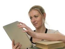Allievo femminile che studia per mezzo del calcolatore del ridurre in pani Fotografie Stock Libere da Diritti