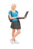 Allievo femminile che tiene un computer portatile Fotografia Stock Libera da Diritti