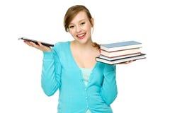 Allievo femminile con i libri ed il ridurre in pani digitale Fotografie Stock