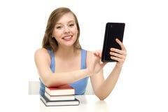 Allievo femminile con i libri ed il ridurre in pani digitale Fotografia Stock Libera da Diritti